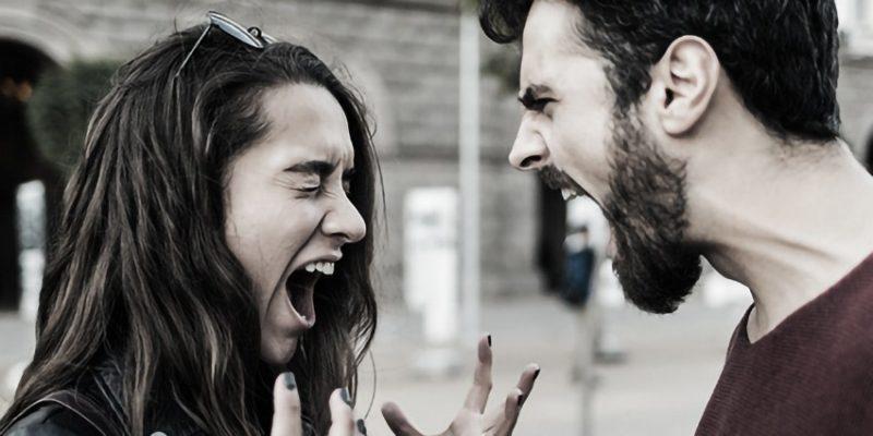 uomo e donna che urlano
